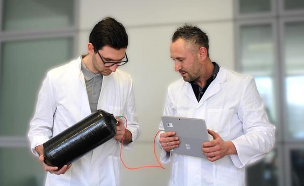Stefan Zigan (links) und Christoph Albani (rechts) beim Auslesen und  Bewerten der Messergebnisse am Druckbehälter